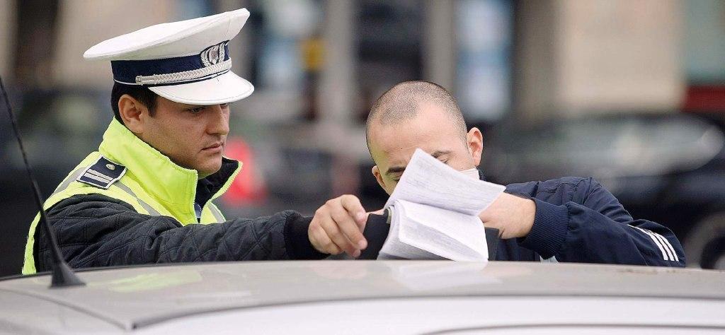 politist aplica o amenda de circulatie